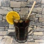 Avocado-Strohhalm in kühler Cola